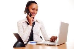 Junge Frau, die an dem Telefon arbeitet und spricht stockbilder