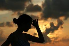 Junge Frau, die den Abstand betrachtet Stockbild