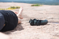 Junge Frau, die in den Bergen sich entspannt Lizenzfreie Stockfotos