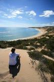 Junge Frau, die den Ozean überwacht Lizenzfreies Stockfoto