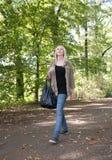 Junge Frau, die in den Park geht Lizenzfreie Stockfotos