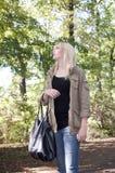 Junge Frau, die in den Park geht Stockfoto