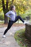 Junge Frau, die in den Park läuft Lizenzfreies Stockfoto