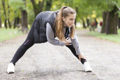 Junge Frau, die in den Park läuft Stockbilder