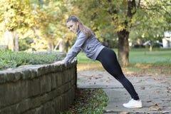 Junge Frau, die in den Park läuft Stockfotos