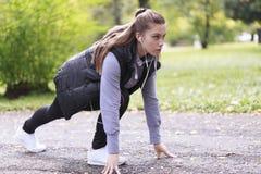 Junge Frau, die in den Park läuft Stockfotografie