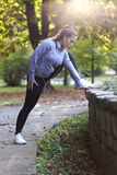 Junge Frau, die in den Park läuft Stockfoto