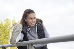 Junge Frau, die in den Park läuft Lizenzfreie Stockbilder