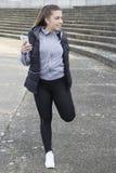Junge Frau, die in den Park läuft Lizenzfreies Stockbild