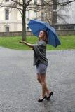 Junge Frau, die den Regen genießt Lizenzfreie Stockfotografie