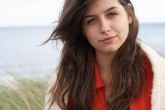 Junge Frau, die in den Sanddünen steht Stockbild