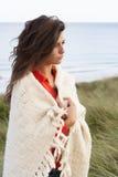 Junge Frau, die in den Sanddünen steht Stockfotografie