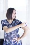 Junge Frau, die den Sensor anwendet Lizenzfreie Stockfotos
