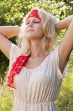 Junge Frau, die den Sommer genießt Stockbilder