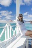 Junge Frau, die in den Tropen sich entspannt Lizenzfreies Stockbild