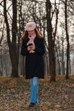 Junge Frau, die in den Wald geht stockfoto