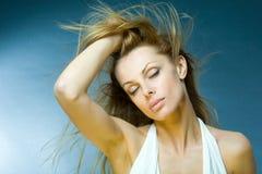 Junge Frau, die den Wind genießt Lizenzfreies Stockfoto
