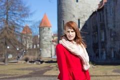 Junge Frau, die in der alten Stadt von Tallinn aufwirft Lizenzfreies Stockfoto