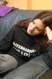 junge Frau, die an der Couch hängt Stockfotos