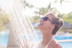Junge Frau, die in der Dusche nahe Pool erneuert Lizenzfreie Stockbilder