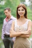 Junge Frau, die in der Frontseite steht Stockfotografie