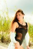 Junge Frau, die in der grasartigen Düne aufwirft Stockfotos