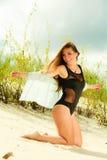 Junge Frau, die in der grasartigen Düne aufwirft Lizenzfreie Stockfotografie