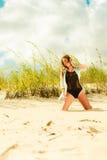 Junge Frau, die in der grasartigen Düne aufwirft Lizenzfreies Stockfoto