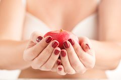 Junge Frau, die in der Hand roten Apfel hält Mädchen mit rotem Apfel in ha Stockbilder