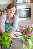 Junge Frau, die in der Küche kocht Gesunde Nahrung lizenzfreie stockfotografie