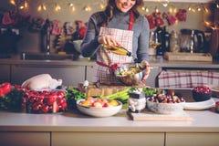 Junge Frau, die in der Küche kocht Gesunde Nahrung für Weihnachten angefüllte Ente oder Gans stockbilder
