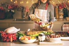 Junge Frau, die in der Küche kocht Gesunde Nahrung für Weihnachten angefüllte Ente oder Gans lizenzfreies stockfoto
