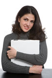 Lächelnde Frau mit Notizbüchern Stockfoto
