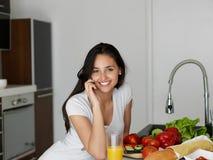 Junge Frau, die in der Küche kocht Stockbild
