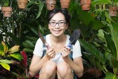 Junge Frau, die in der Natur im Garten arbeitet Stockbilder