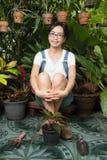 Junge Frau, die in der Natur im Garten arbeitet Stockbild