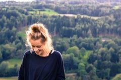 Junge Frau, die in der Natur lächelt Lizenzfreies Stockfoto