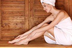 Junge Frau, die in der Sauna sich entspannt Lizenzfreies Stockbild