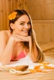Junge Frau, die in der Sauna sich entspannt Badekurortwohl Lizenzfreies Stockbild