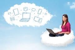 Junge Frau, die in der Wolke mit Laptop sitzt Lizenzfreies Stockbild