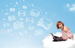 Junge Frau, die in der Wolke mit Laptop sitzt Stockfotografie