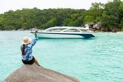 Junge Frau, die an der Yacht wellenartig bewegt lizenzfreie stockfotografie