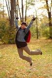Junge Frau, die in die Luft springt Lizenzfreies Stockfoto