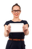 Junge Frau, die digitale Tablette anhält Stockbild