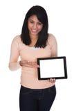Junge Frau, die digitale Tablette anhält Lizenzfreies Stockbild
