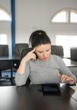 Junge Frau, die digitale Tablette im Konferenzzimmer verwendet Stockfotos