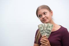 Junge Frau, die Dollar in der Hand hält lizenzfreie stockfotografie