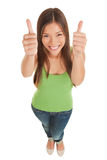 Junge Frau, die doppelte Daumen aufgibt Lizenzfreie Stockfotos