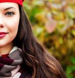 Junge Frau, die draußen aufwirft Lizenzfreies Stockfoto