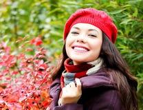 Junge Frau, die draußen aufwirft Stockfotografie